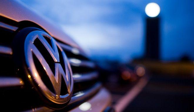 Ein VW parkt am 22.09.2015 auf einem Mitarbeiterparkplatz am VW Werk in Wolfsburg (Niedersachsen). Foto: Julian Stratenschulte/dpa