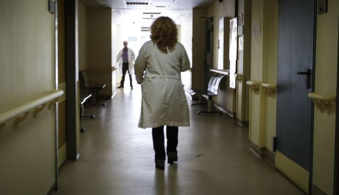 Νοσοκόμα σε διάδρομο της πρώτης τοπικής μονάδας Υγείας στο Περιστέρι