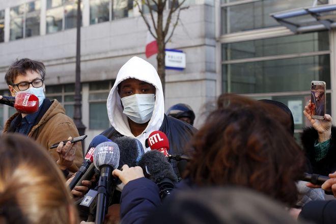 Ο μουσικός παραγωγός Μισέλ περιγράφει στους δημοσιογράφους τον ξυλοδαρμό του μέσα στο στούντιο.