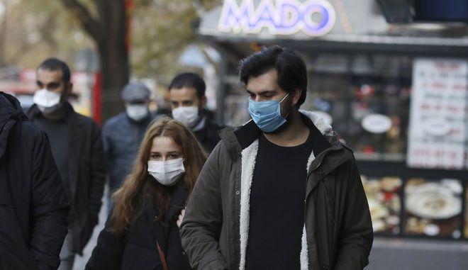 Άνθρωποι στην Τουρκία φορούν μάσκα