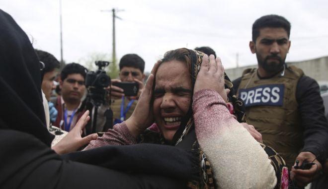 Συγγενείς των θυμάτων της βομβιστικής επίθεσης στην Καμπούλ