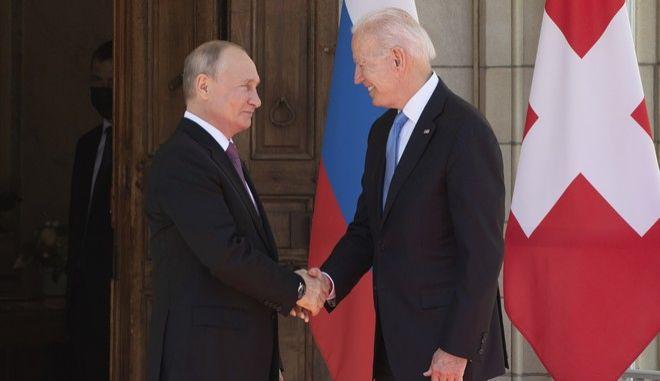 Οι Τζο Μπάιντεν και Βλαντίμιρ Πούτιν στη συνάντησή τους στη Γενεύη