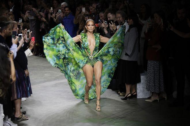 Η Jennifer Lopez στο σόου του οίκου Versace στο Μιλάνο