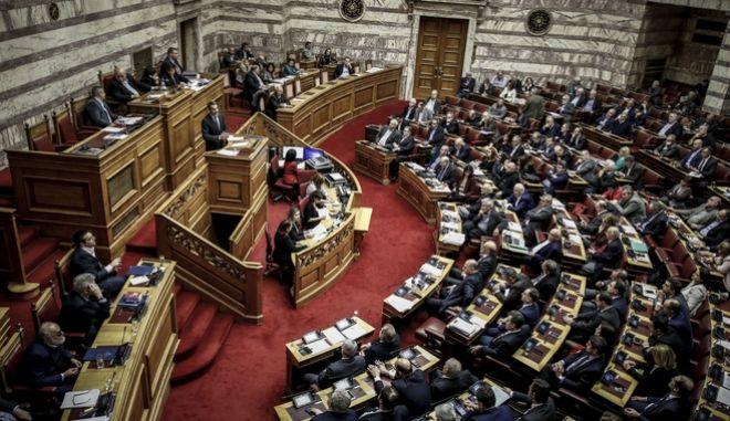 Νέα πρόκληση της ΧΑ στη Βουλή: Πρωτοφανείς ύβρεις - Παρενέβη η φρουρά