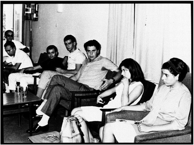 Ο Μίκης Θεοδωράκης και οι ερμηνευτές των συναυλιών του 1966 στην Κύπρο. Διακρίνονται ο Λάκης Καρνέζης, ο Δημήτρης Μητροπάνος, η Ελένη Ροδά και η Μαρία Φαραντούρ