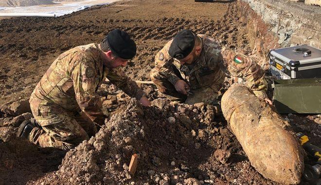 Ιταλοί στρατιωτικοί εμπειρογνώμονες επιχειρούν σε εξουδετέρωση βόμβας (φωτογραφία αρχείου)