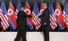 H ιστορική χειραψία Κιμ Γιονγκ Ουν και Ντόναλντ Τραμπ