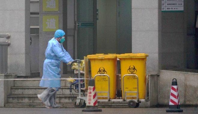 Νοσηλευτής μεταφέρει επικίνδυνα απορρίματα μετά το ξέσπασμα του κοροναϊού στην πόλη Ουχάν της Κίνας