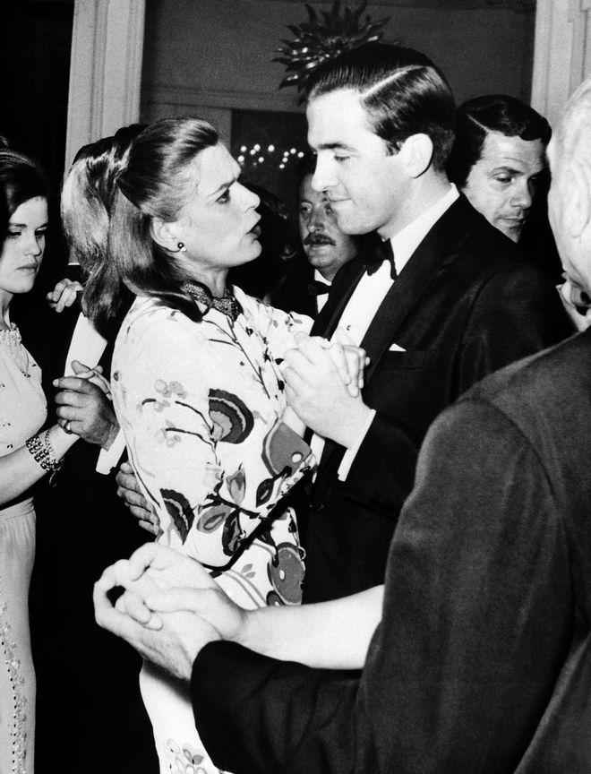 Ο Βασιλιάς Κωνσταντίνος χορεύει με τη Μελίνα Μερκούρη στον χορό που ακολούθησε την επίδειξη μόδας του Christian Dior 1966 «Spring Collection», στη Γαλλική Πρεσβεία στην Αθήνα στις 7 Μαΐου 1966.
