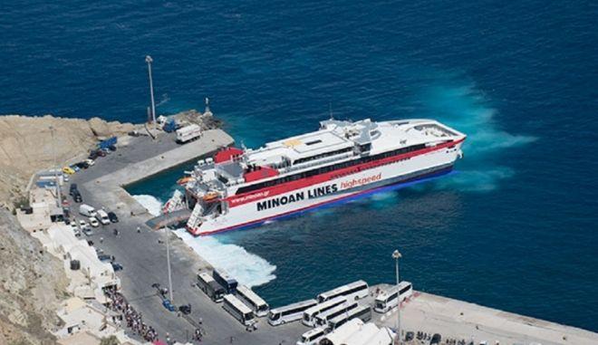 """Μηχανική βλάβη στο """"Santorini Palace"""": Συνεχίζει το δρομολόγιό του με τρεις μηχανές"""