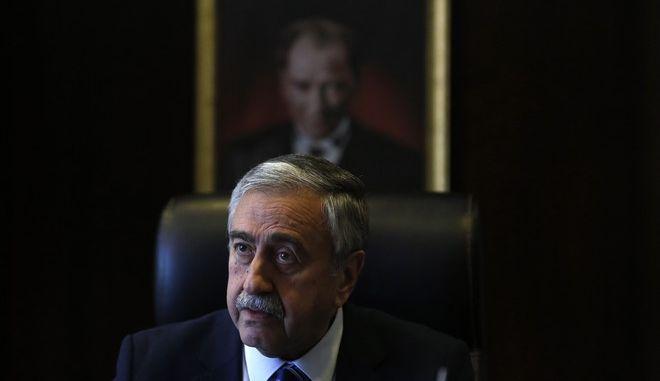 Ο Τουρκοκύπριος ηγέτης Μουσταφά Ακιντζί στο γραφείο του στη Λευκωσία