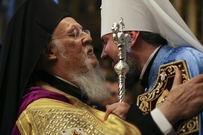 Ο Οικουμενικός Πατριάρχης Βαρθολομαίος (αριστερά) και ο πρόεδρος της Ουκρανίας (δεξιά) στην τελετή για την παραχώρηση Αυτοκεφαλίας στην Εκκλησία της Ουκρανίας.