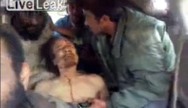Βίντεο ντοκουμέντο με τον Καντάφι νεκρό μέσα σε ασθενοφόρο