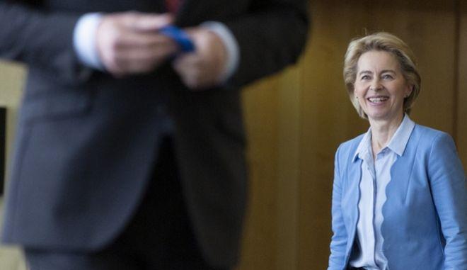 Η νέα επικεφαλής της Κομισιόν κατα τη συνάντησή της με τον πρώην πρόεδρο Ζαν Κλοντ Γιούνκερ.