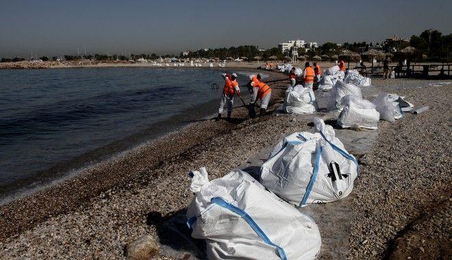 """Στιγμιότυπο απο την απορρυπανση στη παραλια της Γλυφαδας την Δευτέρα 18 Σεπτεμβρίου 2017, μια εβδομάδα μετά το ναυάγιο του δεξαμενόπλοιου """"Αγία Ζώνη ΙΙ"""" που προκάλεσε την πετρελαιοκηλίδα στο Σαρωνικό. (EUROKINISSI/ΓΙΑΝΝΗΣ ΠΑΝΑΓΟΠΟΥΛΟΣ)"""