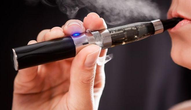 Άτμισμα με ηλεκτρονικό τσιγάρο