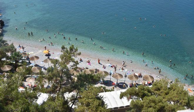 Καλοκαιρινό στιγμιότυπο σε παραλία του Ναυπλίου