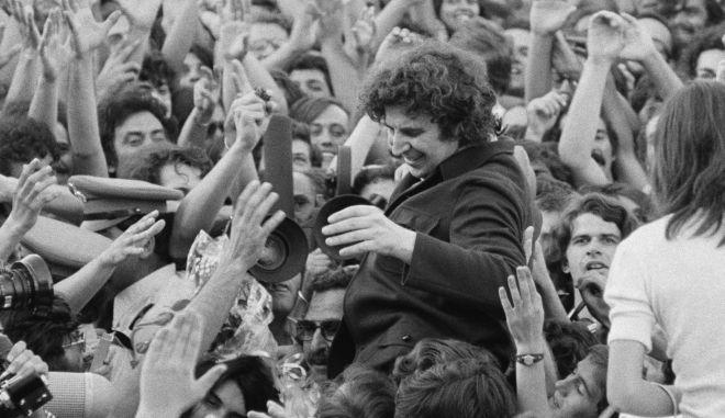 24 Ιουλίου 1974, η επιστροφή του Μίκη στην Ελλάδα
