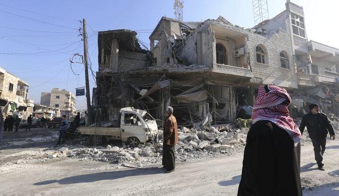 Βομβαρδισμένο τοπίο σε πόλη της Ιντλίμπ στη Συρία