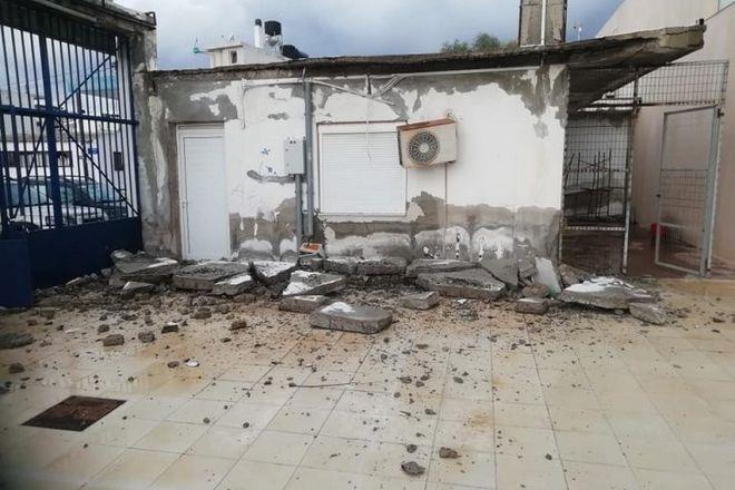 Κατέρρευσε η κεντρική είσοδος του δημοτικού σταδίου της Νέας Αλικαρνασσού