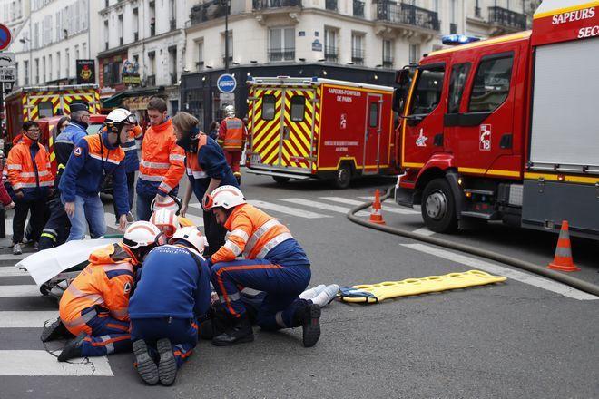 Διασώστες παρέχουν τις πρώτες βοήθειες σε τραυματισμένο