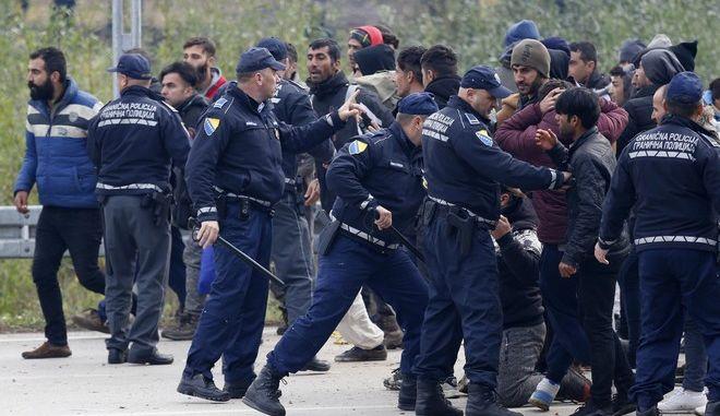 Μετανάστες και Βόσνιοι αστυνομικοί στο πέρασμα Μάλιεβατς τον Οκτώβριο του 2018