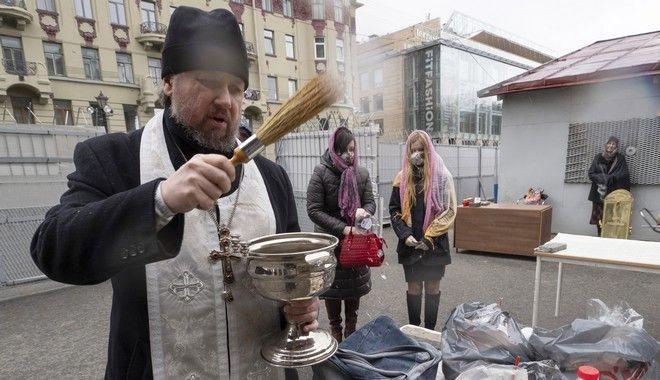 Ιερέας ευλογεί πασχαλινά τρόφιμα σε προαύλιο χώρο εκκλησίας του Καζάν