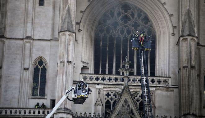 Πυροσβέστες στον καθεδρικό ναό της Νάντης