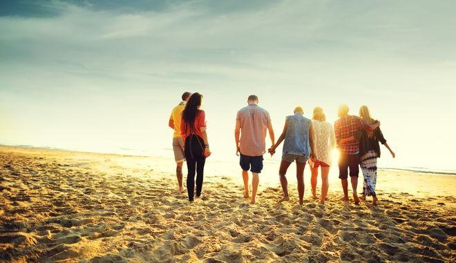 Φίλοι σε στιγμές χαλάρωσης στην παραλία