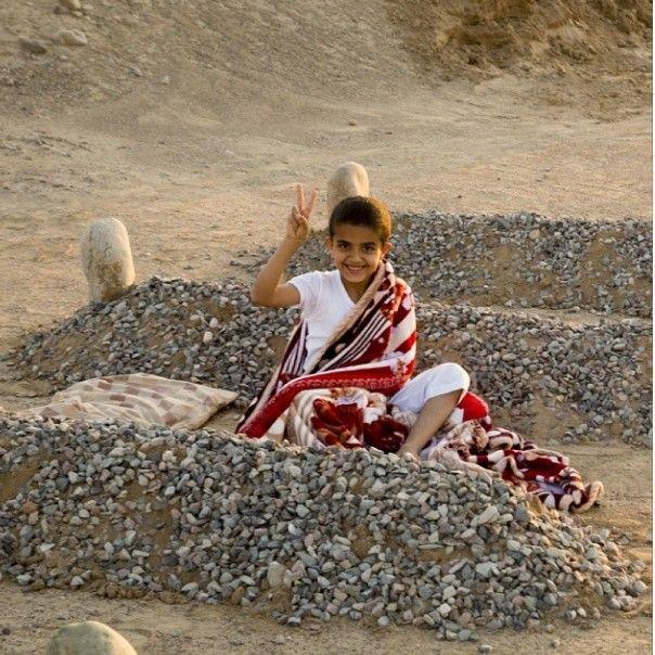Το ψευδός μιας φωτογραφίας: Το ορφανό από τη Συρία που δεν είναι ορφανό και κατάγεται από τη Σαουδική Αραβία