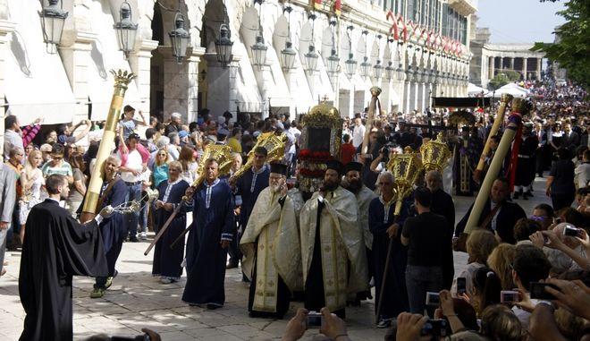 Περιφορά του Επιταφίου της Εκκλησίας του Αγίου Σπυρίδωνα το πρωί του Μεγ. Σαββάτου 4 Μαΐου 2013. Το 1574 οι Βενετσιάνοι απαγόρευσαν στους Ορθοδόξους την περιφορά του την Μεγάλη Παρασκευή, και από τότε οι Κερκυραίοι πραγματοποιούν την περιφορά μαζί με το Σεπτό Σκήνωμα του Αγίου. Είναι η πιο παλιά και πιο κατανυκτική Λιτανεία που βγαίνει σε ανάμνηση του θαύματος του Αγίου, που έσωσε τον κερκυραϊκό λαό από την σιτοδεία.  (EUROKINISSI/ΓΙΩΡΓΟΣ ΚΟΝΤΑΡΙΝΗΣ)
