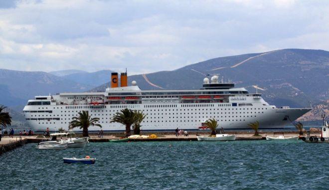 ΑΡΓΟΛΙΔΑ-Στο Ναύπλιο κατέπλευσε για μια ακόμα φορά το πολυτελές κρουαζιερόπλοιο Costa Neoclassica μεταφέροντας περίπου 1000 τουρίστες που από το πρωί γνωρίζουν τις ομορφιές και την ιστορία της περιοχής. Το κρουαζιερόπλοιο έριξε άγκυρα έξω από το λιμάνι της πόλης. (eurokinissi-Βασίλης Παπαδόπουλος)