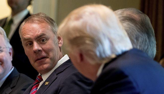 Ο υπουργός Εσωτερικών των ΗΠΑ Ράιαν Ζίνκε ακούει τον Ντόναλντ Τραμπ κατά τη διάρκεια υπουργικού συμβουλίου στον Λευκό Οίκο
