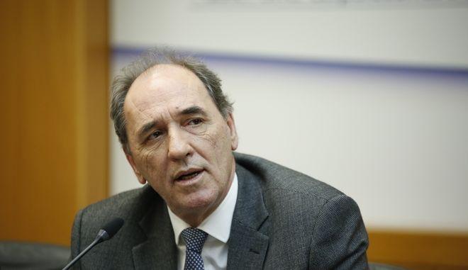 Την Παρασκευή, παρουσία του υπουργού Ενέργειας Γ. Σταθάκη, θα υπογραφεί η συμφωνία της ΔΕΗ με την κινεζική State Grid για την παραχώρηση του 24% του ΑΔΜΗΕ. Η πώληση του 24% του ΑΔΜΗΕ, έναντι τιμήματος 320 εκατ. ευρώ, εγκρίθηκε από τη ΓΣ της ΔΕΗ στις 24 Νοεμβρίου. Από εκεί και πέρα, η Γενική Συνέλευση της ΔΕΗ για την έγκριση της μεταβίβασης του 25% στη ΔΕΣ ΑΔΜΗΕ, καθώς και την έγκριση της εισφοράς του 51% στην Εταιρία Συμμετοχών θα διεξαχθεί στις αρχές του 2017. (EUROKINISSI/ΣΤΕΛΙΟΣ ΜΙΣΙΝΑΣ)