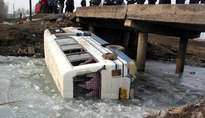 Πτώση λεωφορείου από γέφυρα στην Κίνα - Φωτογραφία αρχείου