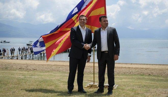 Χειραψία Αλέξη Τσίπρα - Ζόραν Ζάεφ κατά την υπογραφή της συμφωνίας για την ονομασία της πΓΔΜ στις Πρέσπες