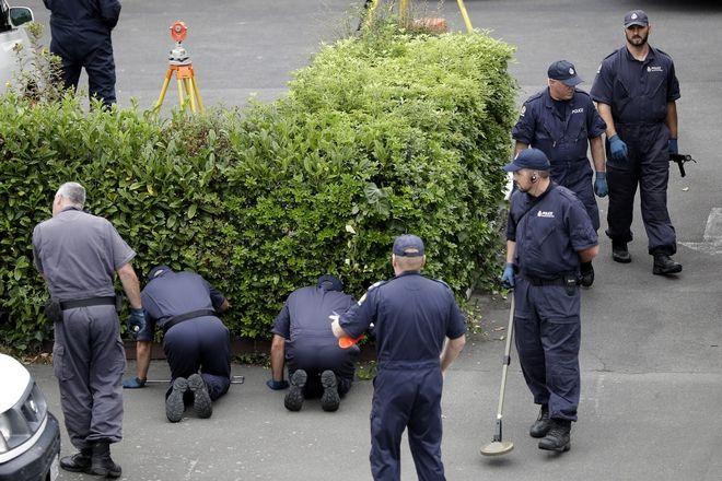 Αστυνομικοί ψάχνουν για στοιχεία στο σημείο της επίθεσης