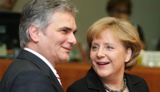 Η Καγκελάριος της Γερμανίας 'νγκελα Μέρκελ (Δ) με τον Καγκελάριο της Αυστρίας Βέρνερ Φάιμαν (Α), κατά τη διάρκεια της συνεδρίασης της Συνόδου Κορυφής της ΕΕ στις Βρυξέλλες, Βέλγιο, Πέμπτη 19 Μαρτίου 2009. (EUROKINISSI / POOL ΑΠΕ-ΜΠΕ/ΣΥΜΕΛΑ ΠΑΝΤΖΑΡΤΖΗ)