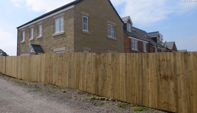 Επέστρεψαν από το ταξίδι του μέλιτος και βρήκαν το σπίτι τους περικυκλωμένο με φράχτη 2 μέτρων