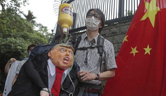 """Κίνα: """"Γκανγκστερική"""" η επιβολή αμερικανικών κυρώσεων για το Χονγκ Κονγκ"""