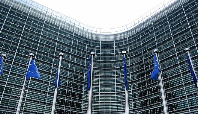 """Έκθεση Ευρωπαϊκής Επιτροπής: Απολύστε συμβασιούχους - Κόψτε """"προσωπικές διαφορές"""" στους μισθούς"""