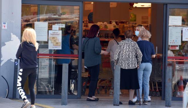 Κόσμος σε σούπερ μάρκετ για τα τελευταία ψώνια.