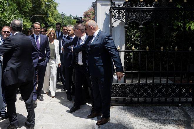 Ο Κυριάκος Μητσοτάκης και η σύζυγός του Μαρέβα στην είσοδο του Προεδρικού Μεγάρου υπό το βλέμμα των ανδρών της ασφάλειας