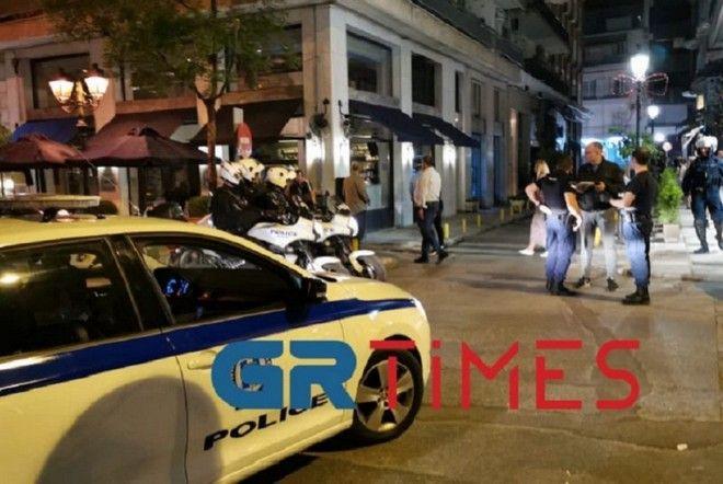 Θεσσαλονίκη: Έπιναν ποτά έξω από καταστήματα - Παρέμβαση της αστυνομίας