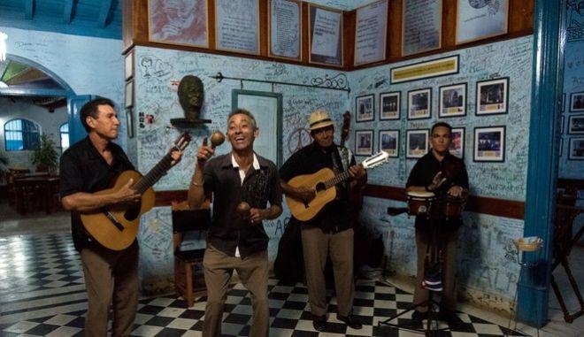 Στην Κούβα του δρόμου μπάντες και πληρωμένος έρωτας δεν έχουν στέκι
