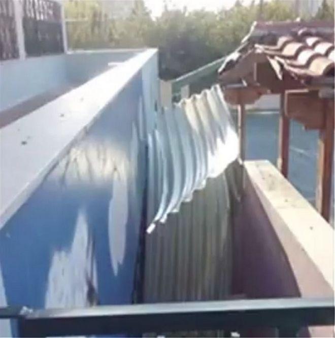 Ο αέρας πήρε μέρος της στέγης σχολείου στο Καματερό