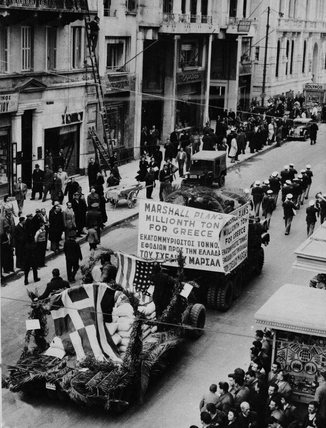 Εορταστική παρέλαση στην Αθήνα το 1949, ενόψει της έλευσης προϊόντων στα πλαίσια του Σχεδίου Μάρσαλ