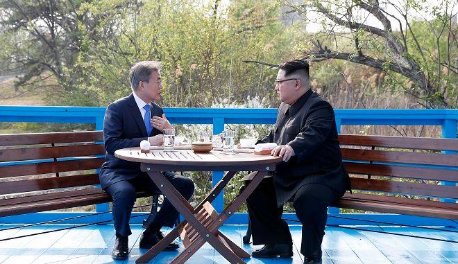 Oι ηγέτες της Βόρειας και της Νότιας Κορέας πίνουν μαζί τον καφέ τους