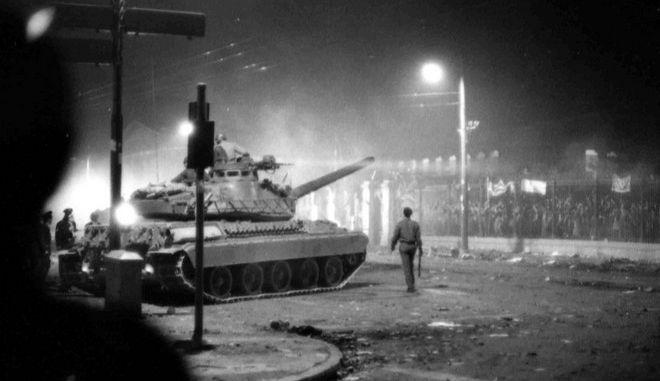 Τανκ στις πύλες του Πολυτεχνείου, 17 Νοεμβρίου 1973