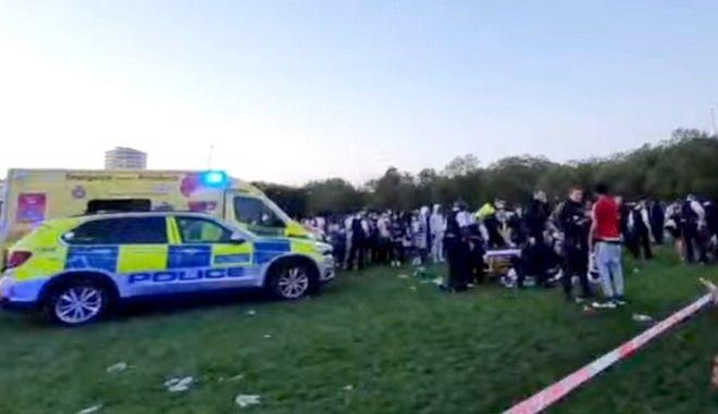 Σοκαριστικό βίντεο: Νεαροί μαχαιρώνουν 17χρονο μπροστά στον κόσμο σε πάρκο του Λονδίνου
